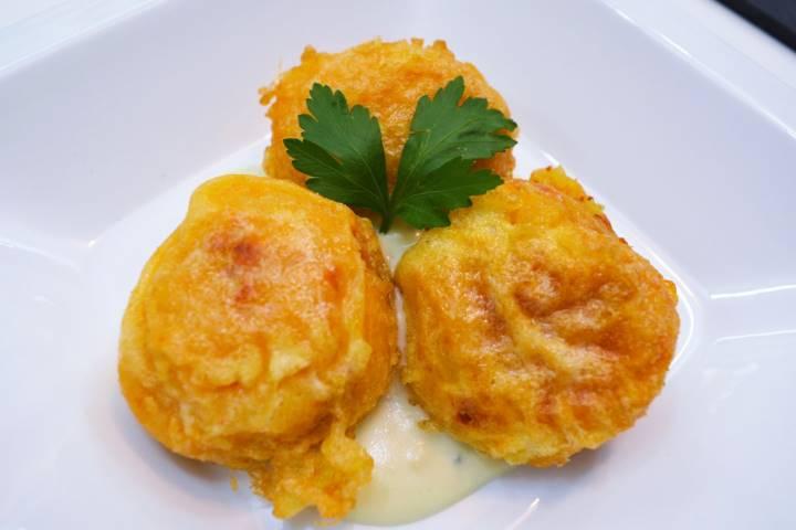 Bolas de patata y chorizo con salsa roquefort