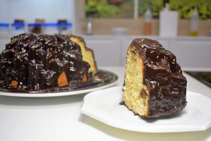 Bundt cake de limón glaseado con chocolate