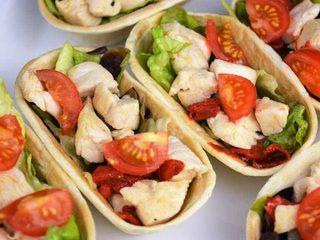 Tacos de pollo con ensalada y pinchos de calabacín. Programa nº 135